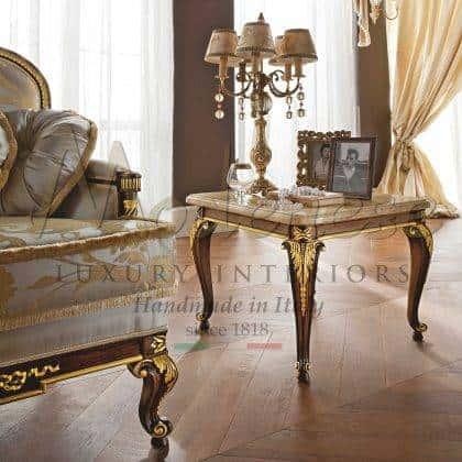 Marbre botticino incrusté pour table basse de luxe exclusive chic en bois massif de style royal baroque vénitien en bois massif sophistiqué à la feuille d'or Fabrication artisanale de meubles artisanaux italiens.