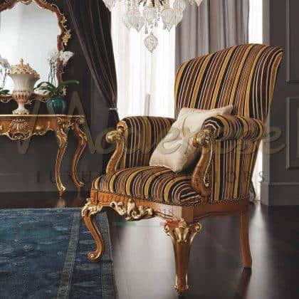 كراسي بذراعين عالية الجودة مصنوعة يدويًا في إيطاليا ، أثاث بمنحوتات حرفية، تفاصيل بالأوراق الذهبية الأنيقة ، إقترحات للكراسي بذراعين لغرفة المعيشة المهيبة ، أفكار إيطالية تقليدية عالية الجودة ، بتصميمات داخلية من الخشب الصلب.