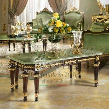 table basse de luxe élégante classique sophistiquée fabriquée en Italie production artisanale de meubles de table en bois massif sculpté sculptures et détails sur mesure dessus raffiné marbre onyx vert idées de meubles traditionnels salon majestueux salon luxueux cher luxe meilleur meubles fabriqués en Italie