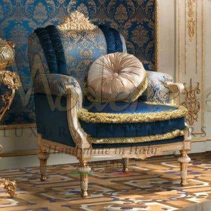 أثاث فريد من نوعه مصنوع حسب الطلب من الأقمشة الأنيقة والتشطيبات بتصاميم حصرية للأثاث الفرنسي المستنسخ بتصميم أنيق خالٍد من الفيلات الملكية بأفضل كرسي بذراعين للزينة للقصور الحصرية كرسي بذراعين كلاسيكي فاخر مع القماش الأزرق الملكي الأنيق و المصنوع في إيطاليا من الخشب الصلب المصقول يدويًا بتصميمات داخلية إيطالية مهيبة لأفضل جودة باروكية إمبراطورية الفيكتورية