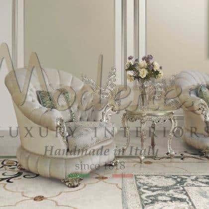 fabrication artisanale de fauteuils artisanaux production opulent design italien exclusif haut de gamme made in Italy intérieurs de style baroque élégants détails de feuille d'argent et sélection de tissus italiens sur mesure sélection de fauteuils majestueux de salon idées raffinées traditionnelles italiennes de qualité intérieurs en bois massif intérieurs décoratifs palais royal intemporel baroque victorien mobilier de design spécial