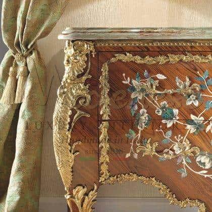 luxe exclusif élégant armoire de peinture italienne à la main tissus personnalisables finitions avec des détails de feuille d'or fabrication de meubles italiens classiques de qualité supérieure matériaux en bois massif style de vie de luxe ameublement élégant collection riche d'armoires