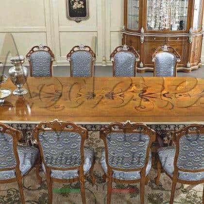 artisanal made in Italy fabrication de meubles haut de gamme made in Italy meubles de style classique fabriqués à la main table à manger en bois massif vénitien fait à la main décorations de dessus incrustées ornementales à la main élégants détails de feuille d'or sur mesure idées de table à manger exclusives intérieurs en bois massif de qualité supérieure intérieurs de salle à manger décoratifs palais majestueux traditionnels raffinés vénitiens table à manger chère