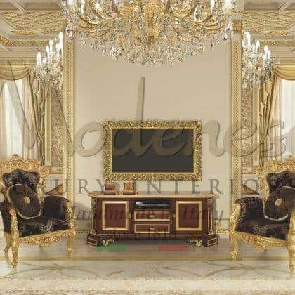 fauteuils et tables basses artisanaux faits à la main assortis à un élégant meuble TV en bois massif fabrication haut de gamme made in Italy meubles fabriqués à la main sculptures faites à la main élégante finition feuille d'or sur mesure majestueux salon idées de fauteuils raffiné traditionnel italien de qualité intérieurs en bois massif intérieurs décoratifs palais royal intemporel baroque victorien design exclusif meubles