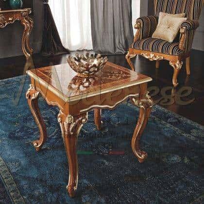 table basse royale baroque design meubles faits à la main intérieurs sur mesure plateau de luxe incrusté en bois finition feuille dorée meilleur mobilier de luxe italien table raffinée de qualité supérieure ensemble de salon de qualité supérieure tissus de meubles de design classique fabriqués en italie artisans.