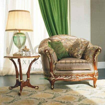Fauteuil fait main de luxe en bois massif de style classique exclusif dans un rembourrage italien élégant fauteuils raffinés faits à la main de qualité supérieure idées avec des détails de feuille d'or meubles exclusifs de style victorien haut de gamme meilleure qualité de production d'intérieurs artisanaux en bois massif de qualité haut de gamme intérieurs sculptés à la main pour une décoration élégante et majestueuse solutions