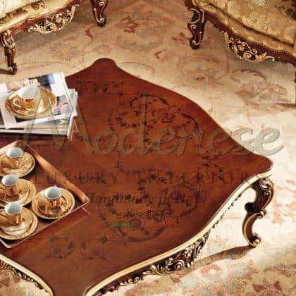 table basse incrustée de luxe faite à la main design baroque exclusif classique incrusté de dessus de style en bois ameublement traditionnel rococo 'fabriqué en Italie artisanat détails de feuille d'or reproduction de meubles de meilleure qualité finition solide sur mesure et détails de feuille d'or faits à la main fabrication artisanale d'intérieurs opulents.