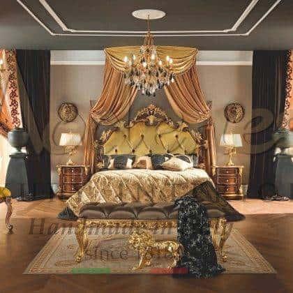 chambre à coucher classique suite principale de luxe tables de nuit élégantes avec poignées en Swarovski style royale traditionnel intemporel coiffeuse majestueuse miroirs de style vénitiens français baroque victorien italien haut de gamme meilleure qualité du design ameublement fait sur mesure en bois massif avec un finition feuille d'or fait à la main classique noyer opulent riche détails chic décoration de la maison et les villas intérieurs sur mesure meubles exclusifs fabriqués à la main en Italie