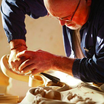 نحت الخشب ، حرفيو خشب ، أفضل المهارات الحرفية ، خشب البلوط ، أثاث من خشب الجوز ، مصنوع يدويًا على النمط الباروكي الفينيسي ، طراز أنيق ، ديكورات داخلية فاخرة ، تصميم داخلي ، تقليد إيطالي ، تراث تاريخي ، صنع في إيطاليا ، تصميم خالد ، مواد فاخرة و مصنوعة يدويًا